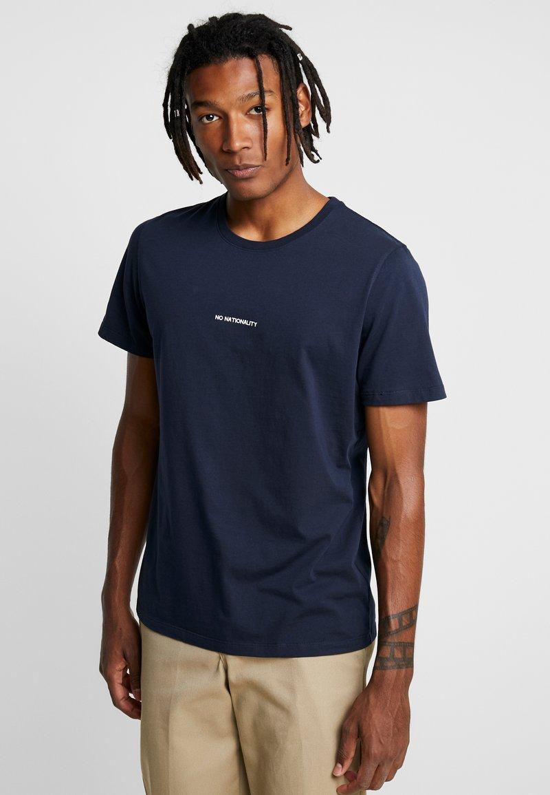 NN07 - ETHAN PRINT TEE  - Basic T-shirt - navy blue