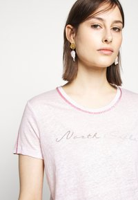 North Sails - GRAPHIC - T-shirt med print - light pink - 5