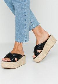 No Name - BETTY MULE - Pantofle na podpatku - black - 0