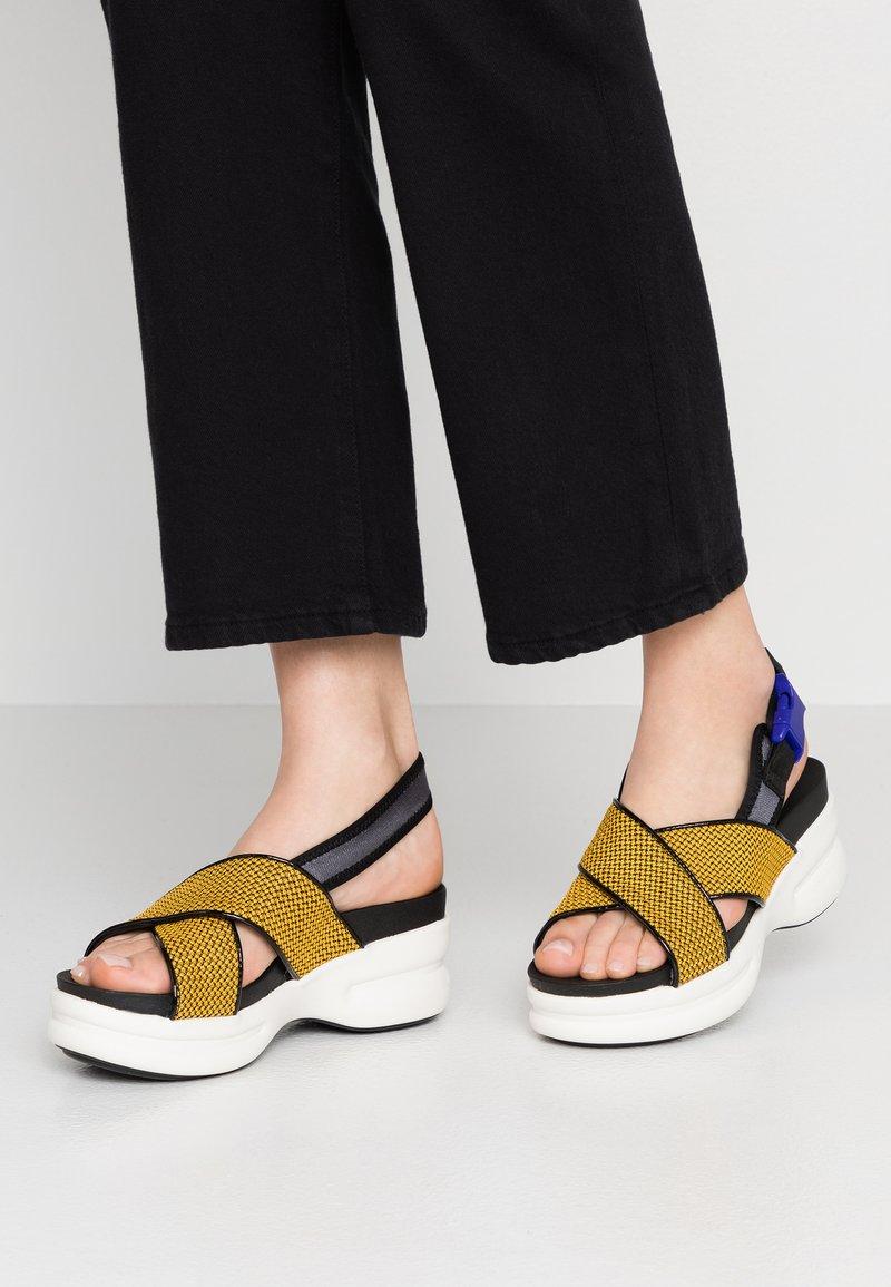 No Name - CONCRETE BAND - Sandály na platformě - honey