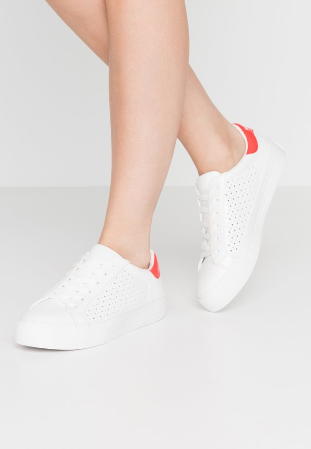 ARCADE - Sneakers - white/poppy