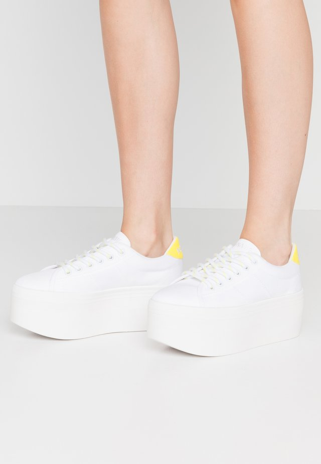 PLATO  - Joggesko - white/yellow fluo