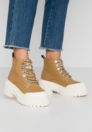 KROSS LOW - Ankle boots - tan/ivory