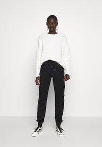 Noisy May Tall - NMHIPE CARGO PANT TALL - Cargo trousers - black - 1