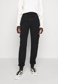 Noisy May Tall - NMHIPE CARGO PANT TALL - Cargo trousers - black - 0