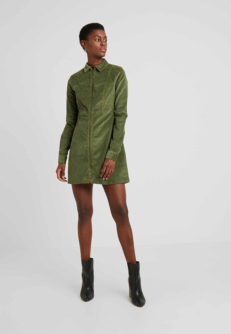 Noisy May Tall - NMLISETTA ZIP DRESS - Vestido informal - olivine