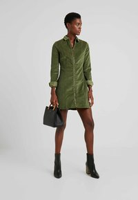 Noisy May Tall - NMLISETTA ZIP DRESS - Vestido informal - olivine - 2