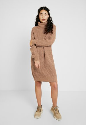 NMROBINA HIGH NECK DRESS - Gebreide jurk - camel/melange