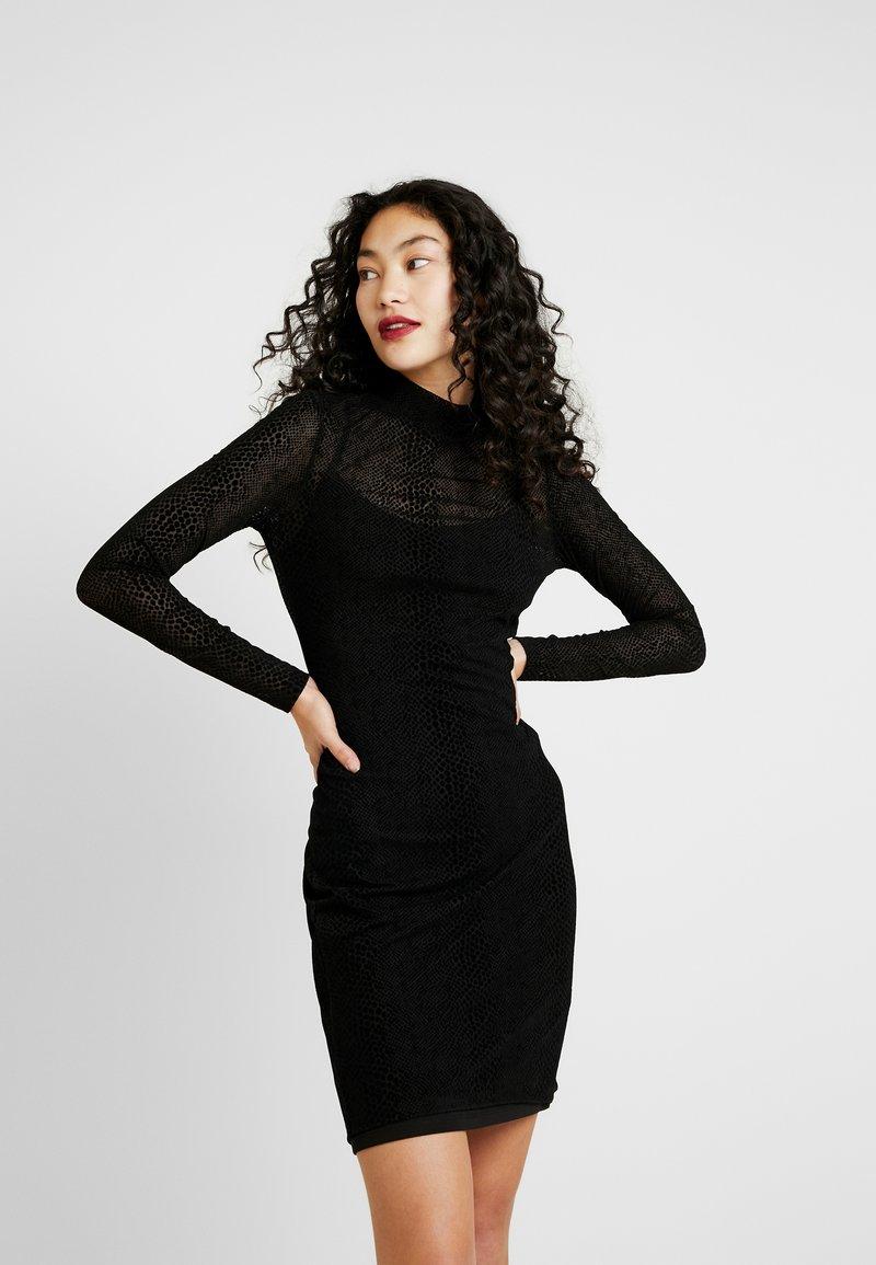 ONLY Tall - NMLESLY FLOCK DRESS - Pouzdrové šaty - black