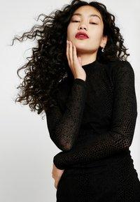 ONLY Tall - NMLESLY FLOCK DRESS - Pouzdrové šaty - black - 5