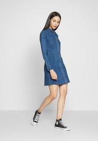 Noisy May Tall - NMLISA DRESS  - Vestido vaquero - medium blue denim - 1