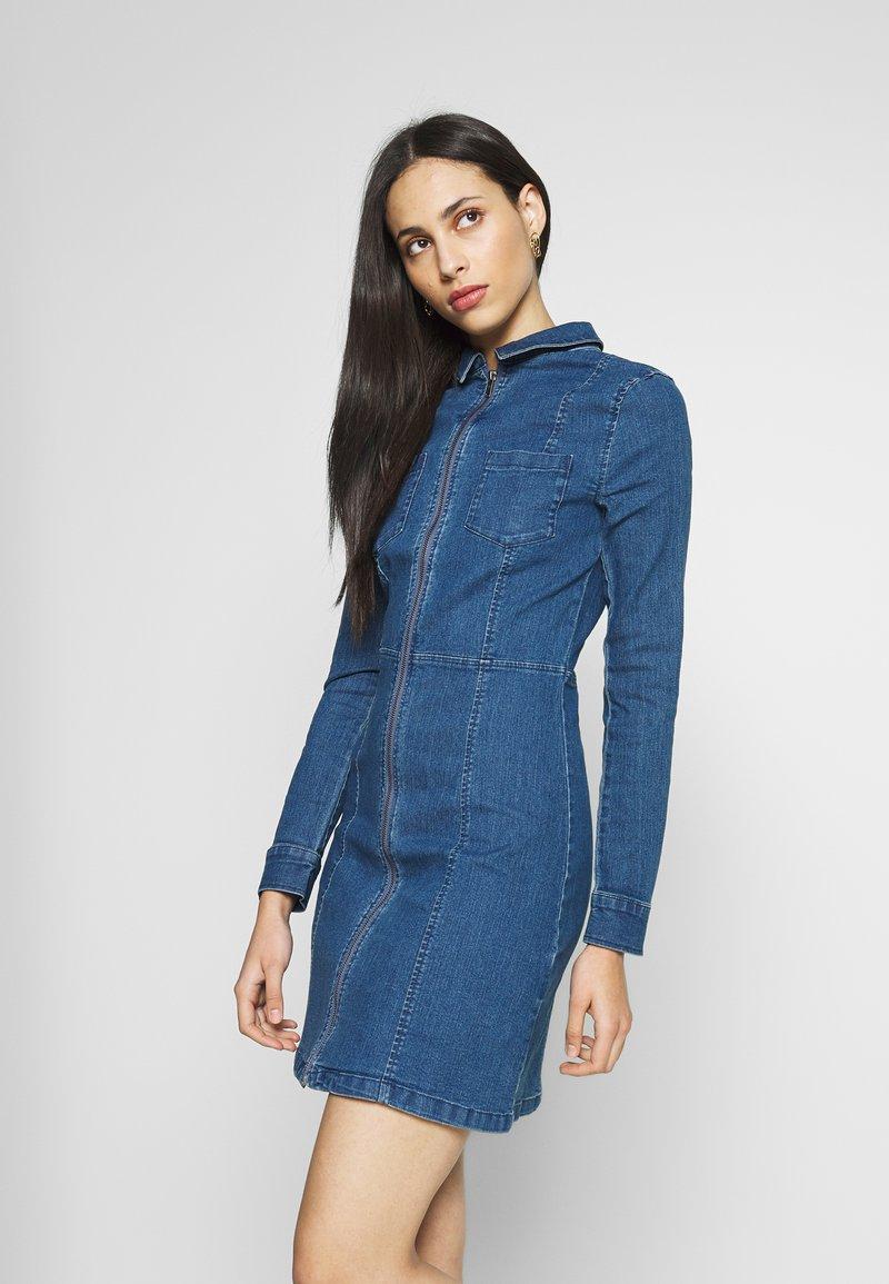 Noisy May Tall - NMLISA DRESS  - Vestido vaquero - medium blue denim
