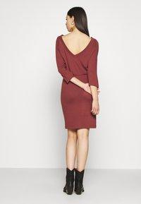 Noisy May Tall - NMHALLEY 3/4 O-NECK DRESS TALL - Vestido de punto - burnt henna - 2