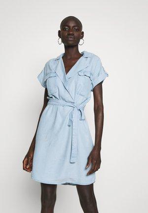 NMVERA ENDI SHIRT DRESS - Sukienka jeansowa - light blue denim