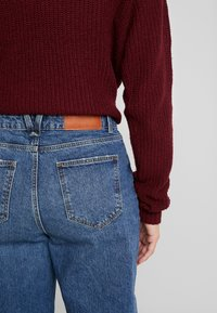 Noisy May Tall - NMMIA HEAT - Straight leg jeans - medium blue denim - 5