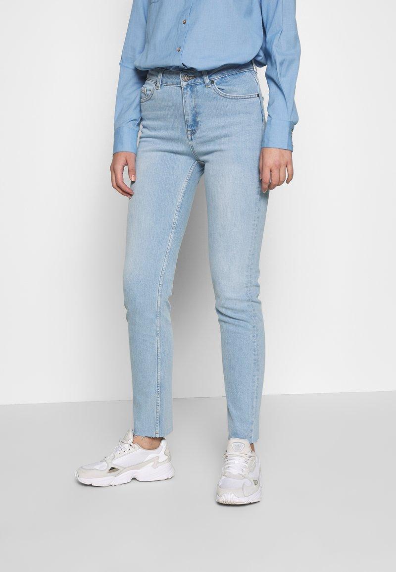 Noisy May Tall - NMJENNA - Skinny džíny - light blue denim