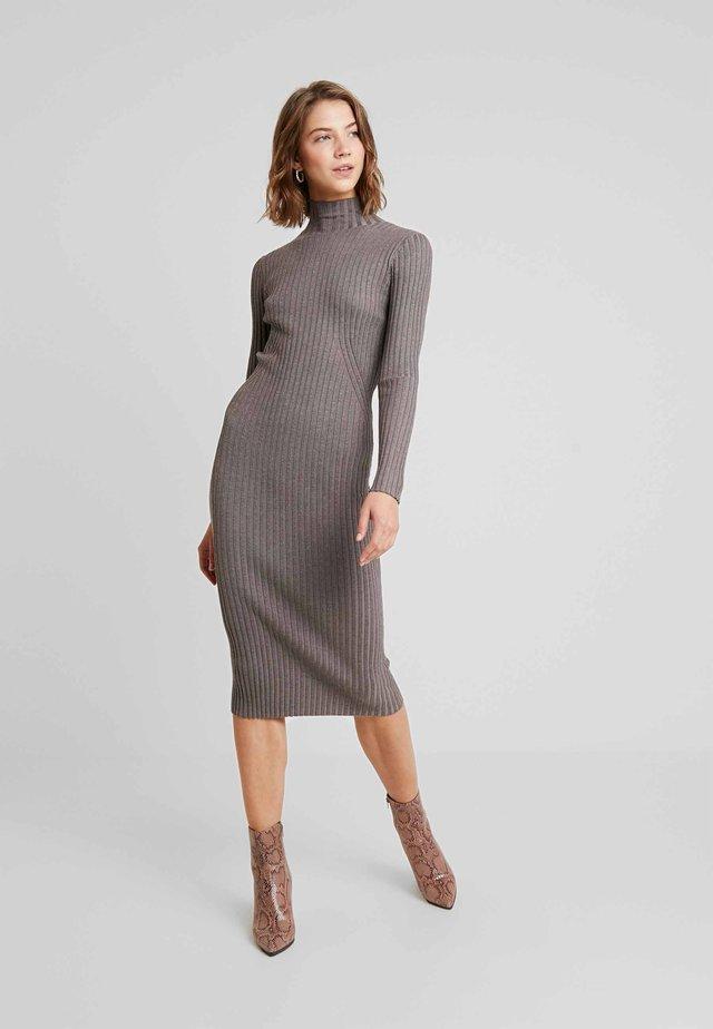 KARLINA DRESS - Sukienka dzianinowa - brown melange