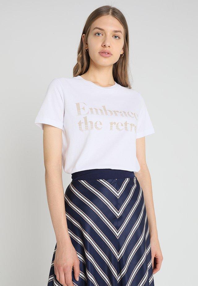 KRISTAR TEE - T-shirt z nadrukiem - white/camel