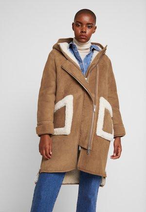 CLEO SHEARLING COAT - Winter coat - camel