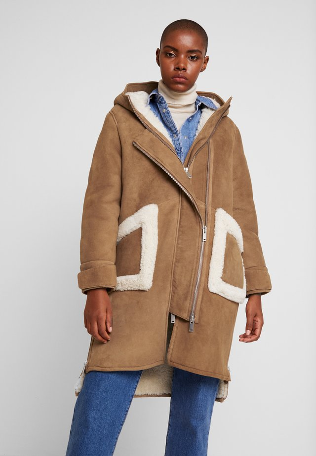 CLEO SHEARLING COAT - Winter coat - camel