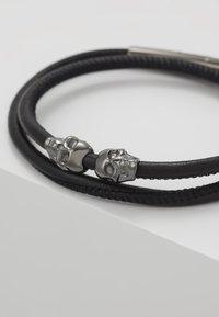Northskull - SKULL WRAP AROUND BRACELET - Armband - black - 5