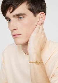 Northskull - ATTICUS SKULL BAR CHAIN BRACELET - Armbånd - gold-coloured - 1