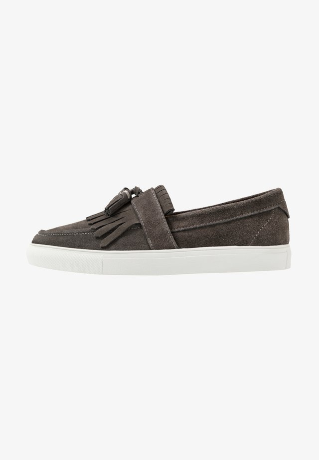 NERO - Loaferit/pistokkaat - dark grey