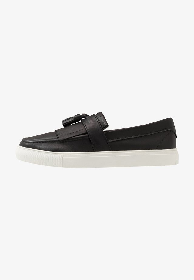 NERO - Loaferit/pistokkaat - black