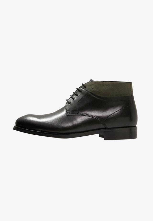 STONE - Sznurowane obuwie sportowe - black/olive