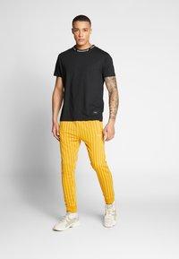 Nominal - SANDER TEE - Print T-shirt - black - 1