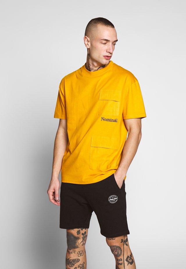 PARKER TEE - T-shirt z nadrukiem - mustard