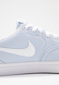 Nike SB - CHECK SOLAR - Sneaker low - half blue/white - 2