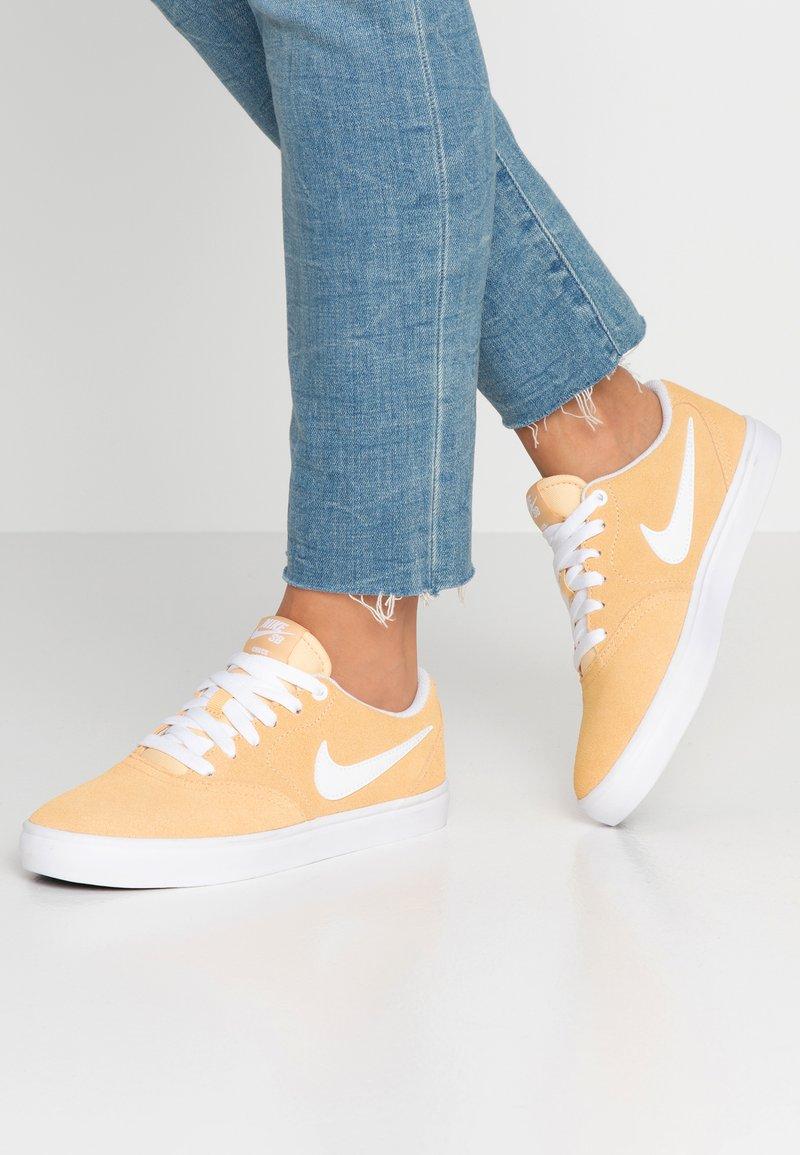 Nike SB - CHECK SOLAR - Sneakers laag - celestial gold/white