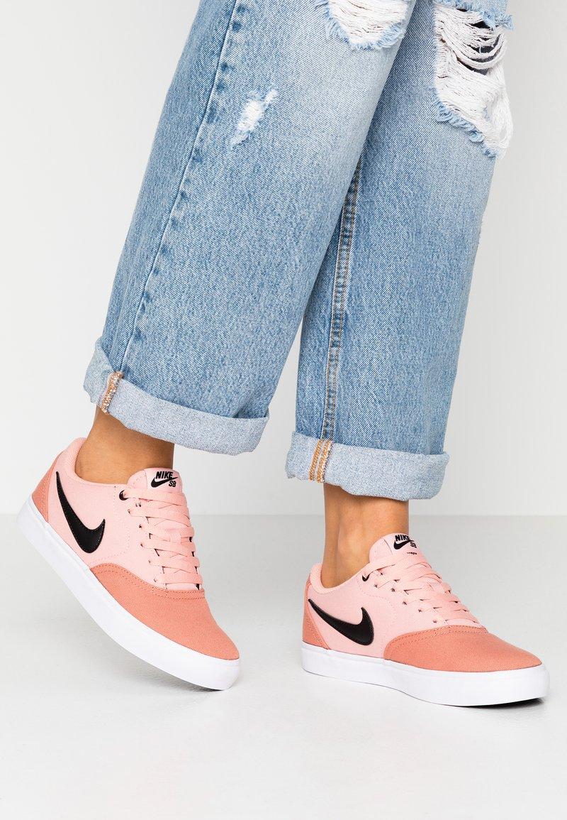 Nike SB - CHECK SOLAR - Skateschoenen - terra blush/black/coral stardust/white