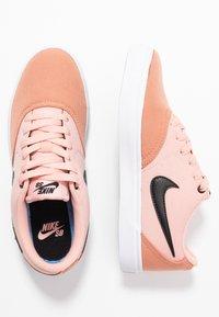 Nike SB - CHECK SOLAR - Skateschoenen - terra blush/black/coral stardust/white - 3