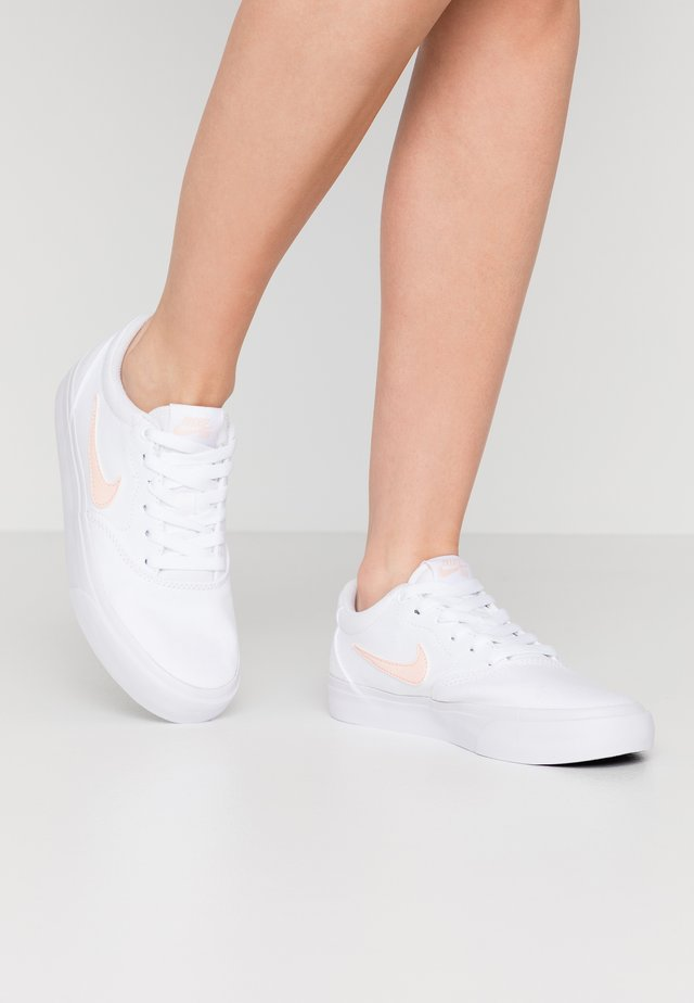 CHARGE - Zapatillas - white/washed coral/black