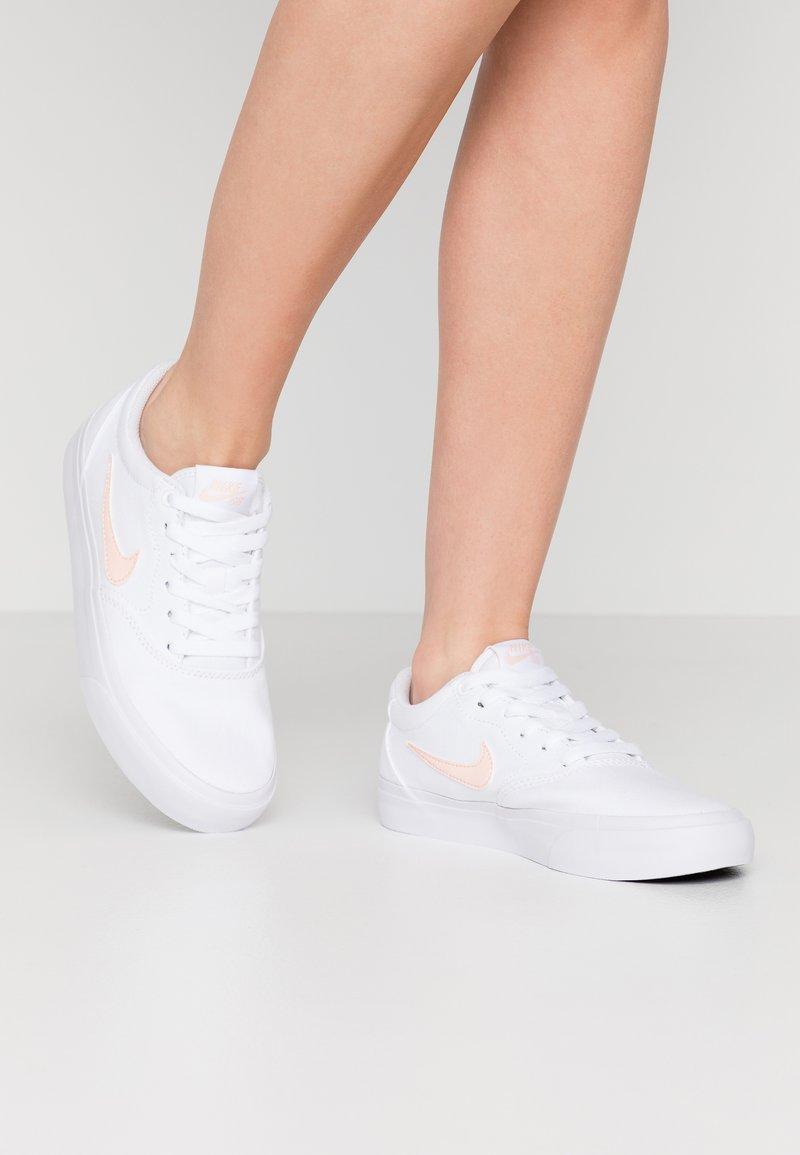 Nike SB - CHARGE - Baskets basses - white/washed coral/black