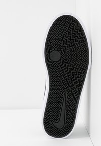 Nike SB - CHARGE - Sneakersy niskie - black/white - 6