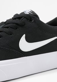 Nike SB - CHARGE - Sneakersy niskie - black/white - 2