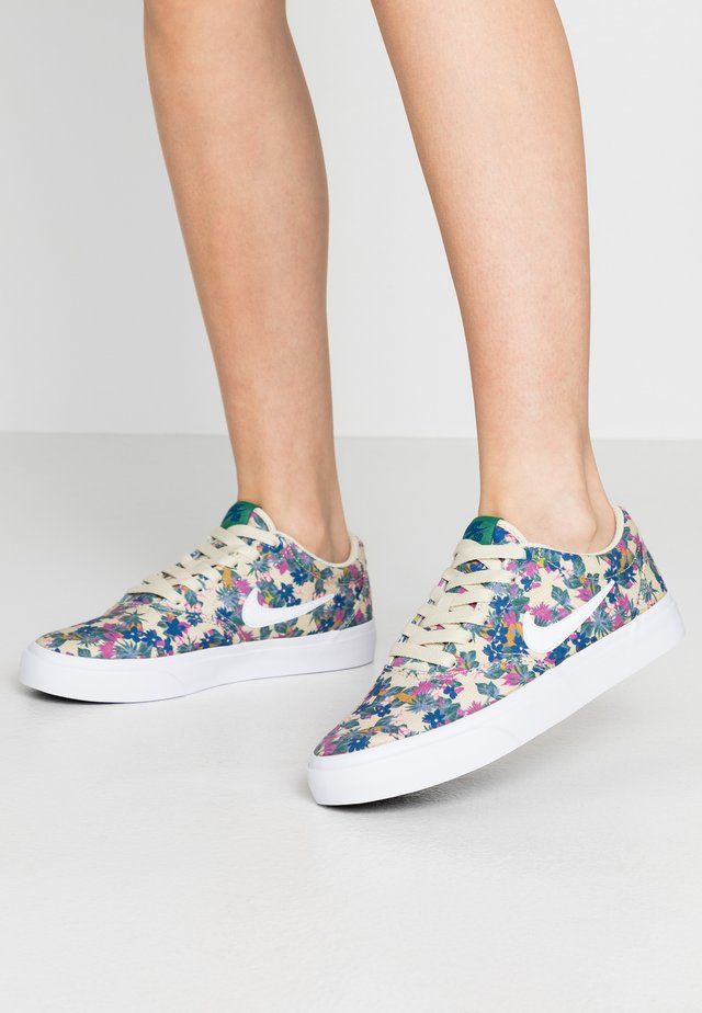 CHARGE  - Sneakers basse - fossil/white/evergreen aura