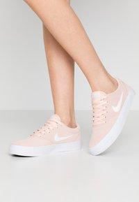 Nike SB - CHARGE - Matalavartiset tennarit - washed coral/white/black - 0