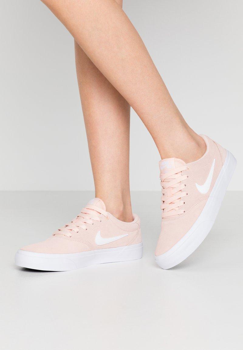 Nike SB - CHARGE - Matalavartiset tennarit - washed coral/white/black