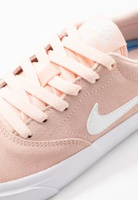 Nike SB - CHARGE - Trainers - washed coral/white/black