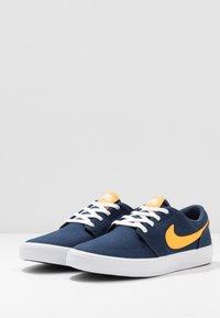 Nike SB - PORTMORE II SOLAR - Sneakers laag - midnight navy/universe gold/white/black - 2