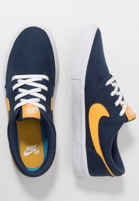 Nike SB - PORTMORE II SOLAR - Sneakers laag - midnight navy/universe gold/white/black - 1