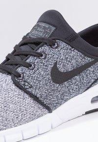 Nike SB - STEFAN JANOSKI MAX - Sneakers laag - white/black/dark grey - 5