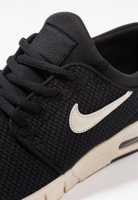 Nike SB - STEFAN JANOSKI MAX - Sneakers laag - black/light cream - 5