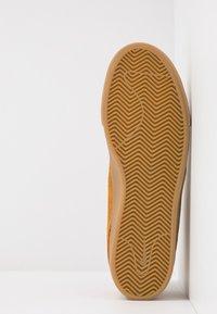 Nike SB - ZOOM JANOSKI MID - Korkeavartiset tennarit - wheat/black/light brown/photo blue/hyper pink - 4