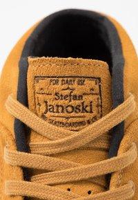 Nike SB - ZOOM JANOSKI MID - Korkeavartiset tennarit - wheat/black/light brown/photo blue/hyper pink - 5