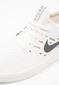 Nike SB - NYJAH FREE - Skate shoes - summit white/anthracite/lemon wash